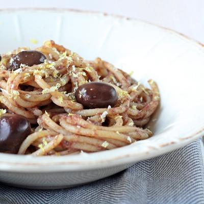 Spaghetti con CREMA DI OLIVE NERE BIO e scorza di limoni